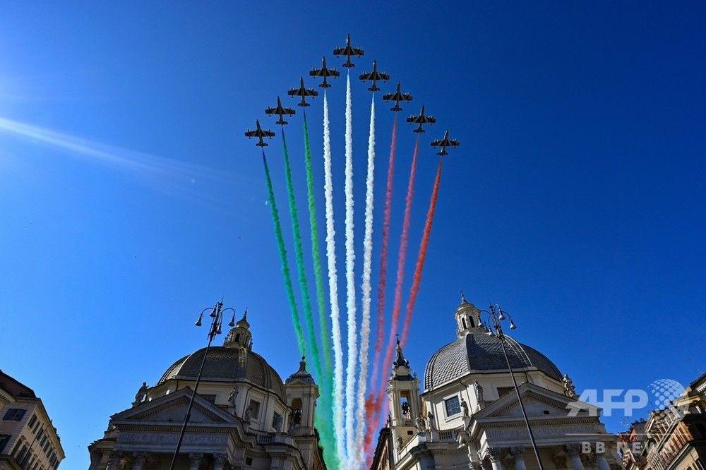 伊空軍、共和国建国記念日で展示飛行、ローマの空にトリコロール共和国建国記念日を迎えたイタリアの首都ローマで2日、記念イベントの一環としてイタリア空軍のアクロバット飛行チーム「フレッチェ・トリコローリ(Frecce tricolori)」が展示飛行を披露した。