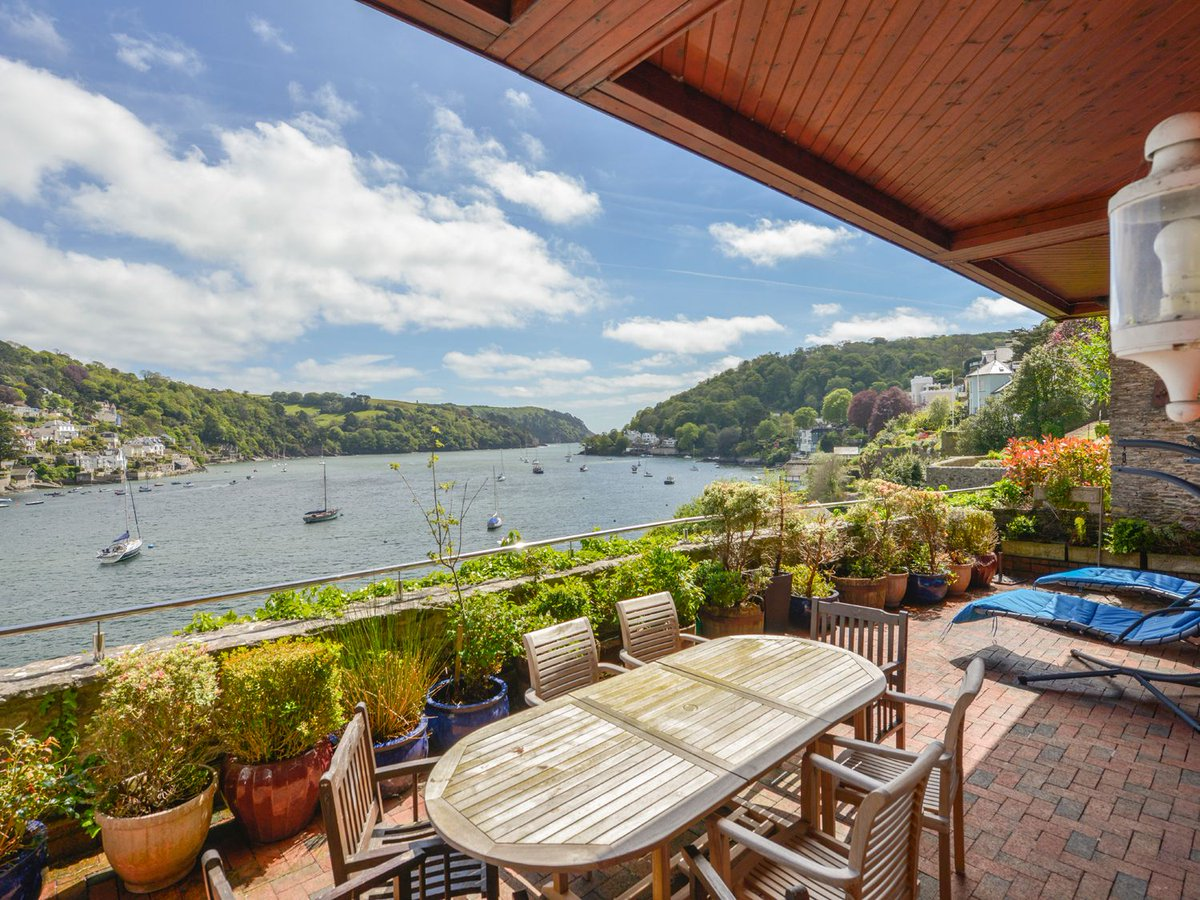 Knockout views from this house in Dartmouth, Devon.   Plus a private swimming pool, sauna, games room and gym!  https://www.holidaycottagecompare.com/property/self-catering-cottage-in-dartmouth-devon-599642…pic.twitter.com/ob2PROqIMw