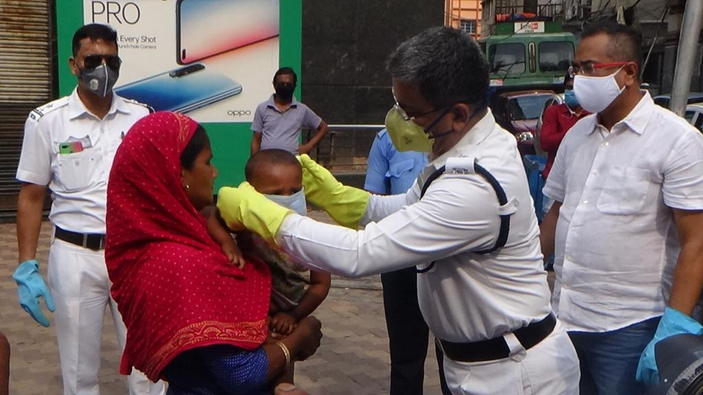 #Masks are the new 'Normal'  Wearing a mask while going out is mandatory. Masks were distributed today in all parts of the city by KP personnel. @CPKolkata  #MaskUpKolkata #KolkataFightsCorona https://t.co/V4nsQWuZJh