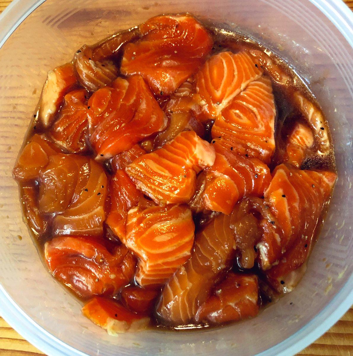 ここだけの話、スタミナサーモン漬けがイマかなりキテる!濃いままのめんつゆに、ニンニク、ブラックペッパーごま油を少々加えて冷蔵庫で寝かせれば簡単にできる!スタミナの塊がここに完成!!