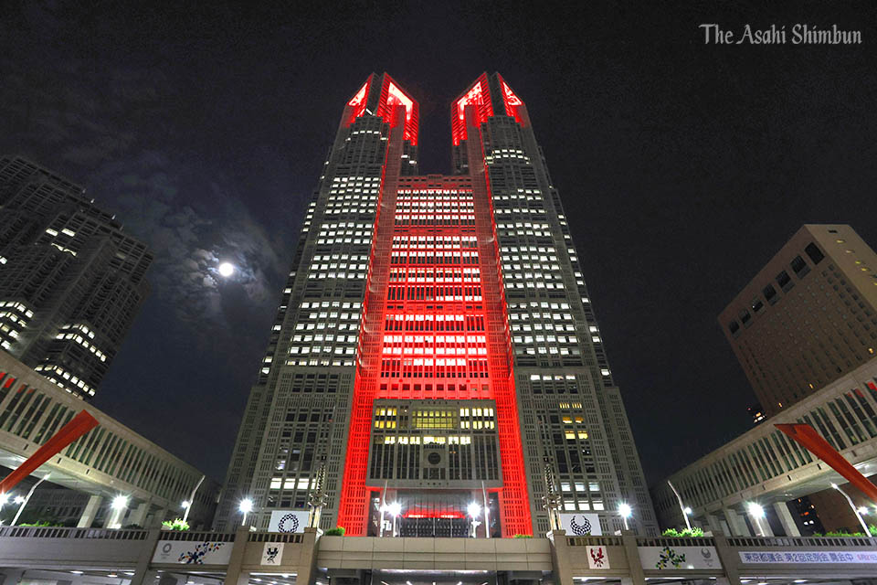 小池知事、東京アラート発動#東京アラート の発動により、東京都庁のライトアップは2日午後11時すぎ、警戒を呼びかける「赤色」に変わりました。(中)