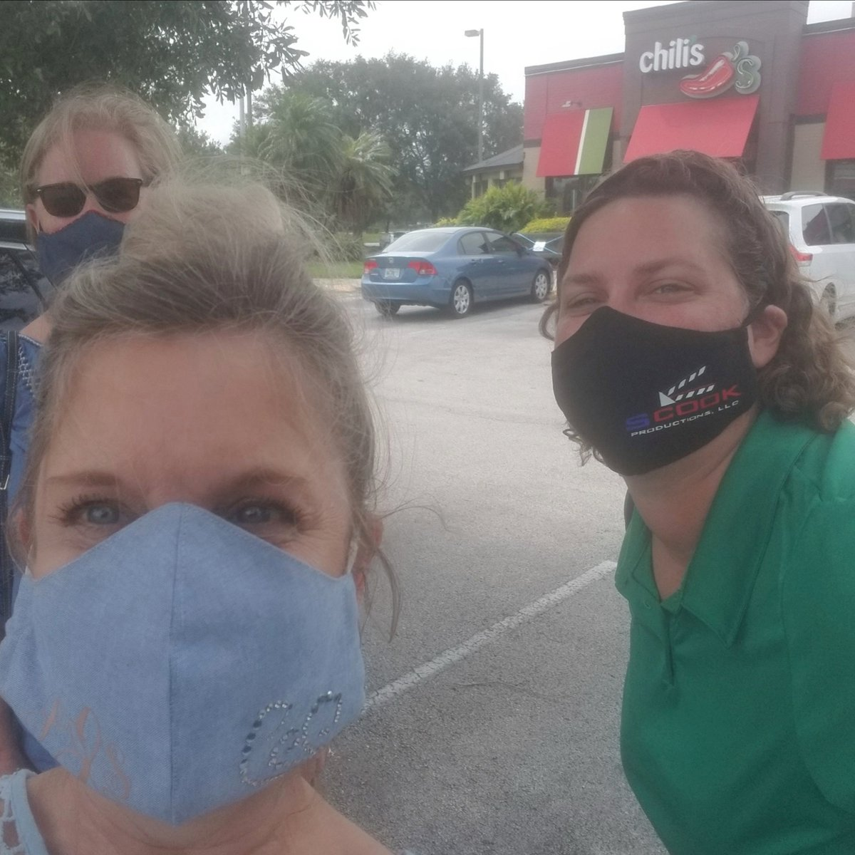 Doing another mask delivery & Lunchin' with the ladies today, safely! Fun time Stacey & Pam. #inthistogether #makingmasks #lunchladies #teamloftis #loftisproductionservices https://t.co/iFNBU9fvAX