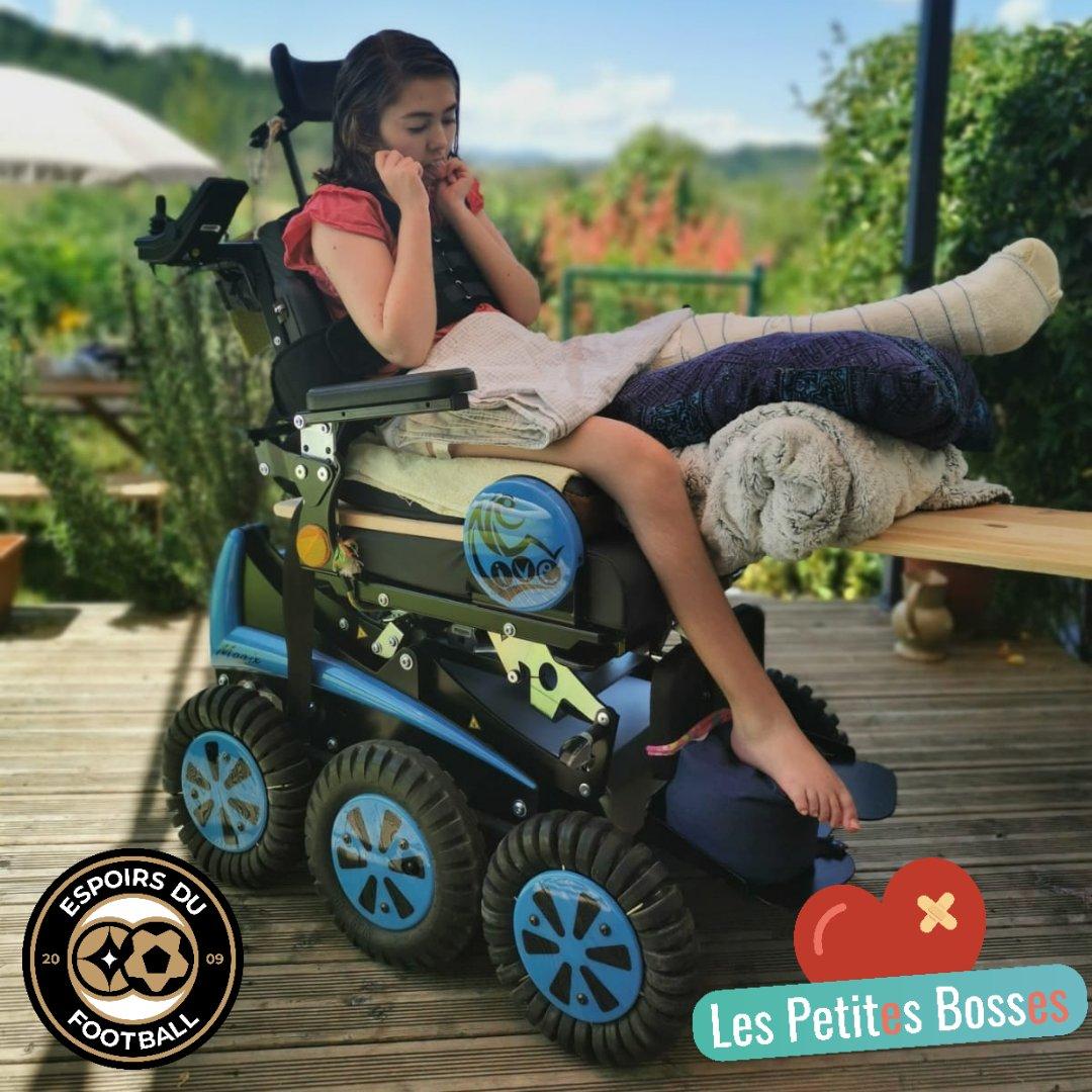 Nous sommes heureux de vous présenter Coline sur son fauteuil électrique. Grâce à notre mobilisation et un don important dun jeune footballeur français, cette jeune audoise de 11 ans atteinte du syndrome de Rett pour se déplacer plus facilement ce qui soulagera ses parents.