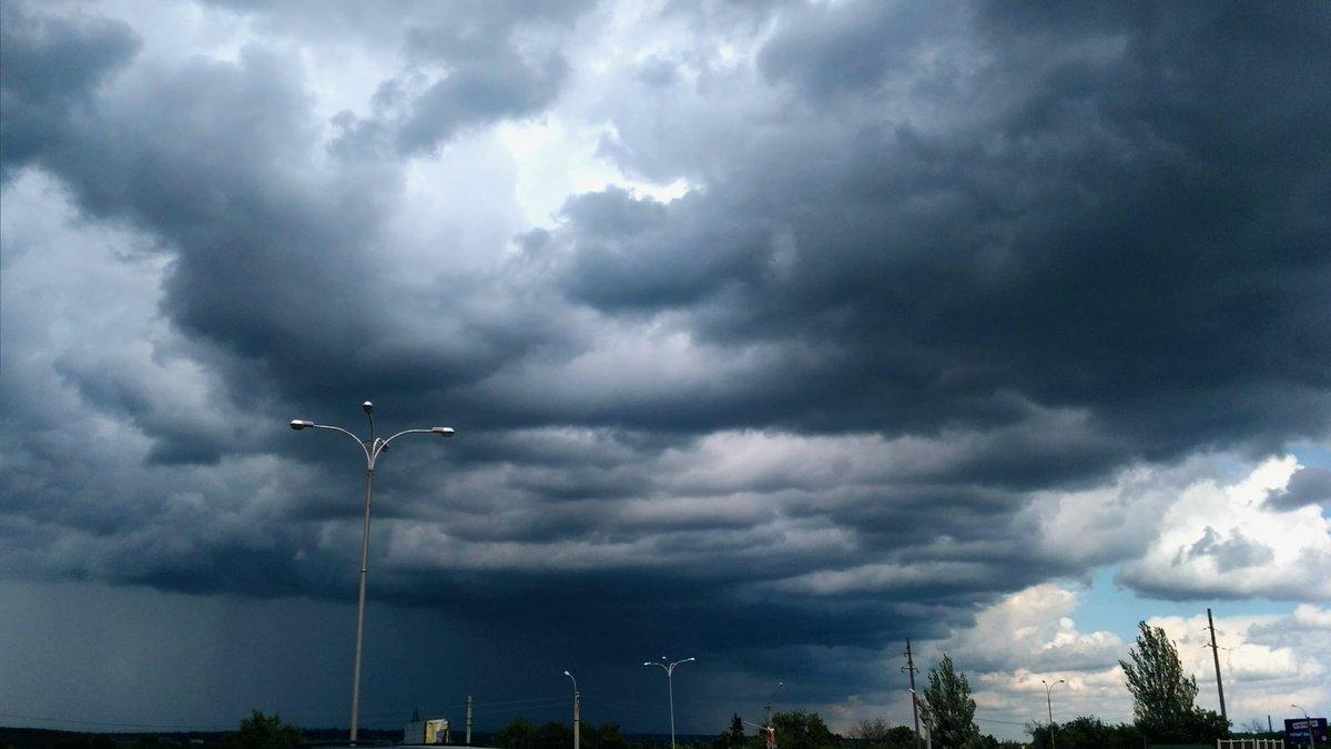 Before a storm #clouds #storm #beautifulsky #summer #june #bluesky #sky #vsco #vsconature #nature #naturephotography #природа #goodday #облака #небоpic.twitter.com/vzEiACUXwV