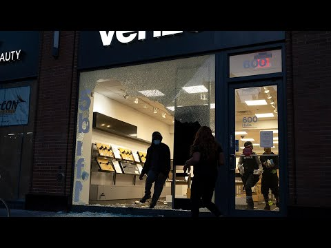Looters strike luxury shops around NYC before curfew sets in https://www.crowknow.com/video/12380/looters-strike-luxury-shops-around-nyc-before-curfew-sets-in…  #hobbies pic.twitter.com/xW9pv07PGQ