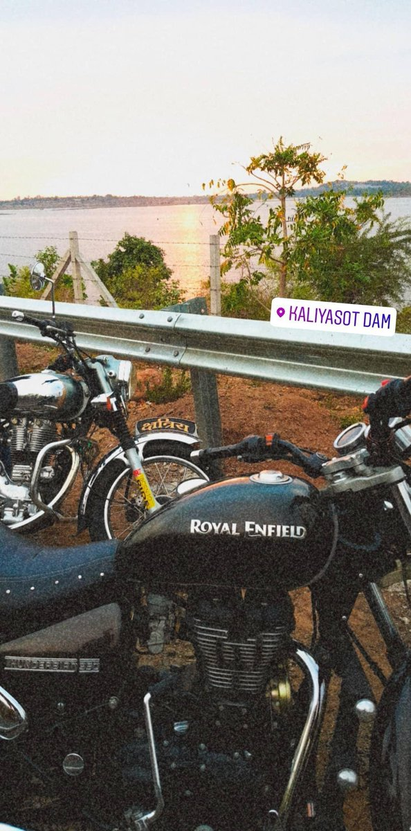 Race with wind Ride with demons Chase the sunset#Bhopal #Sunset #RoyalEnfield #machismo500 #thunderbird #QurantineLife #gocoronago #sunsetpic.twitter.com/vZJmJVcI1t