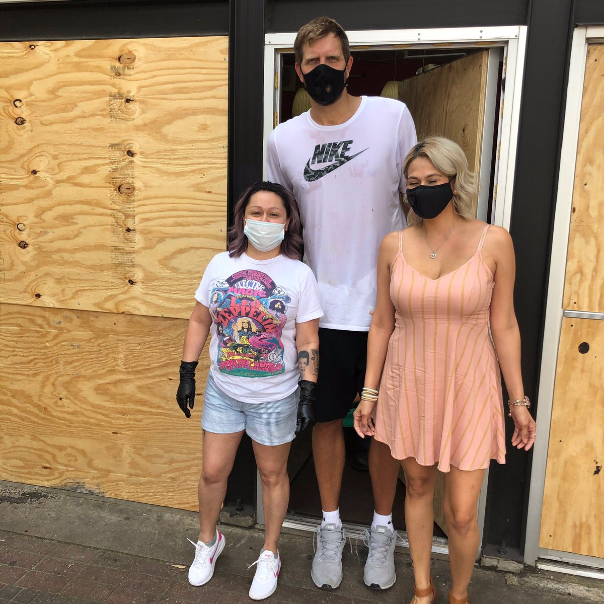"""Dirk helping out the community in Deep Ellum 💪🏻💙 Along side my cousin (left"""" and the beauty shop she works for. LETS GOOOO !! 🙏🏻🙏🏻 @swish41 https://t.co/jCTJPiDCBm"""