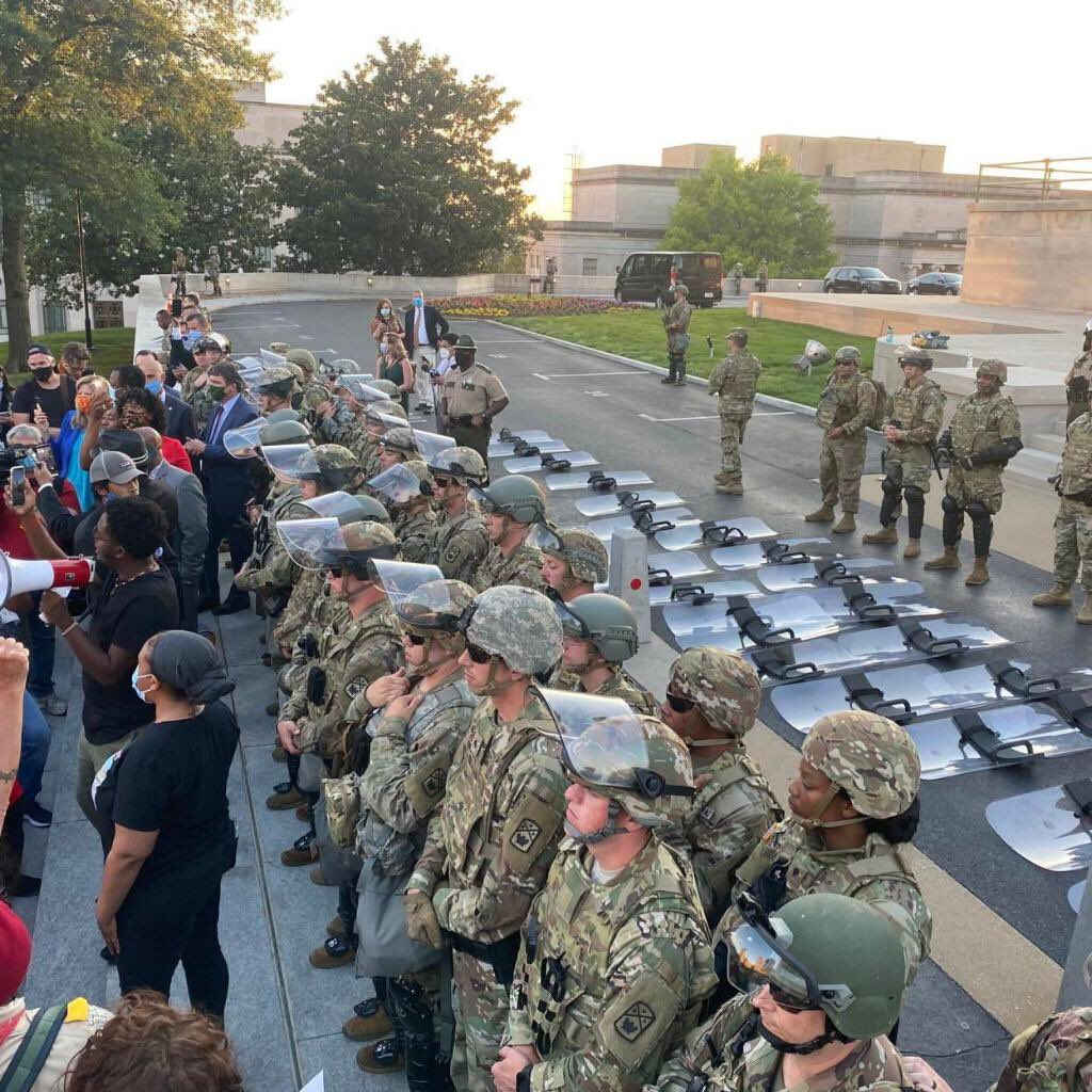 The National Guard in Tennessee put down their shields and stood with protesters. 💗🇺🇸💙