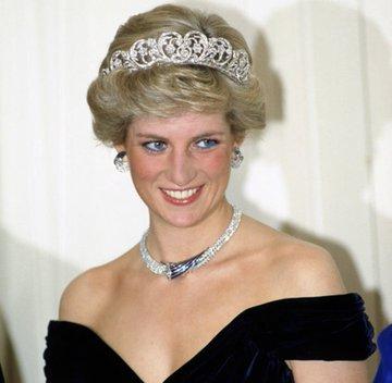 O que esses três têm em comum?  A princesa Diana, Marilyn Monroe e Michael Jackson queriam expor o de tráfico sexual infantil do governo, eles tinham provas e foram assassinados por isso #Anonymouspic.twitter.com/A0zjZOpi3c
