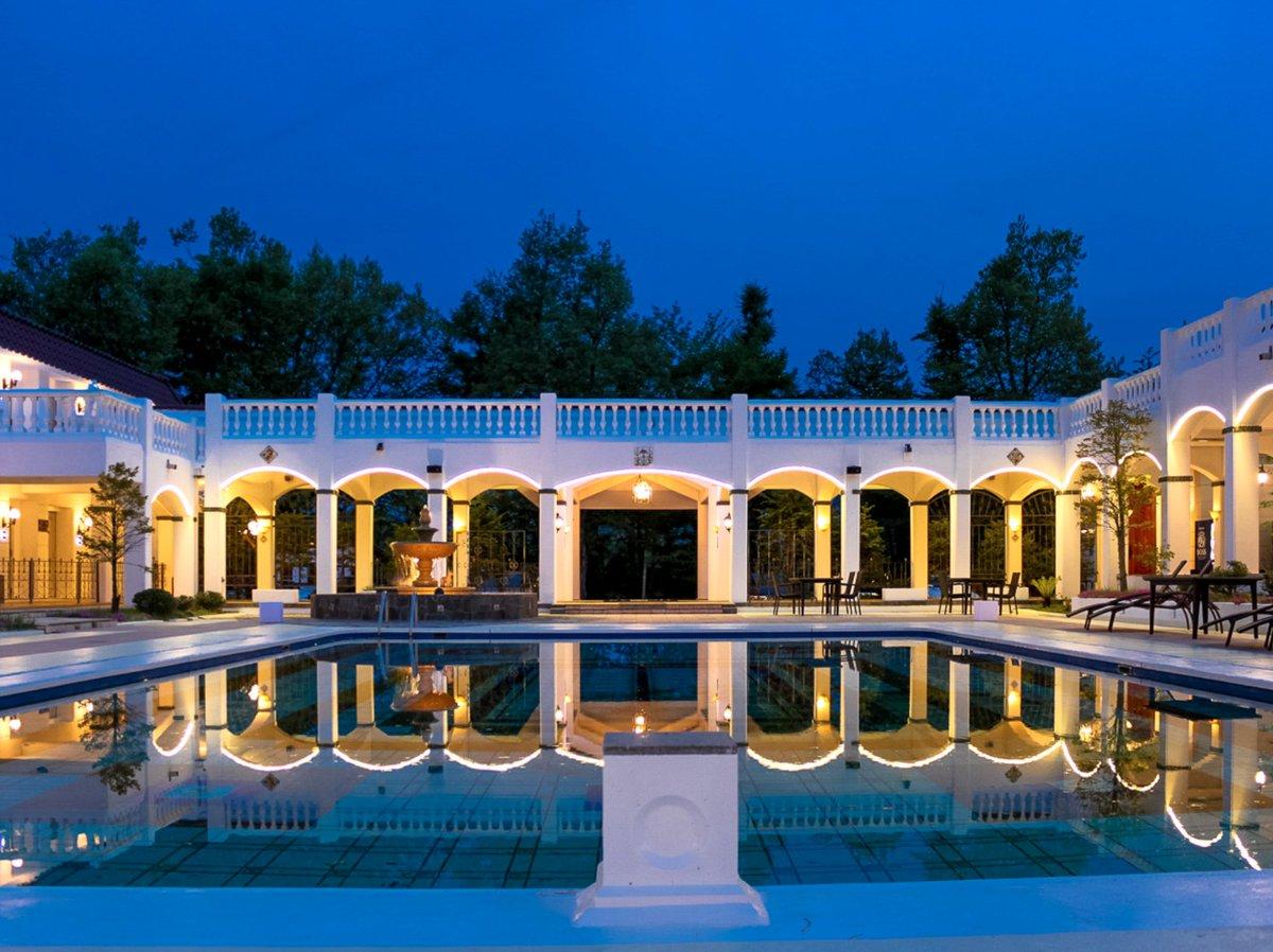 長野県軽井沢にあるホテル「リブマックスリゾート軽井沢フォレスト」が美しい… スペイン宮殿をイメージしたつくられたアンティークホテル。ヨーロッパ風の調度品が設えてあり、館内にいるだけで海外気分。4000円代から宿泊できるし、クラシカルな雰囲気に囲まれてコスパよく貴族気分を味わえる…