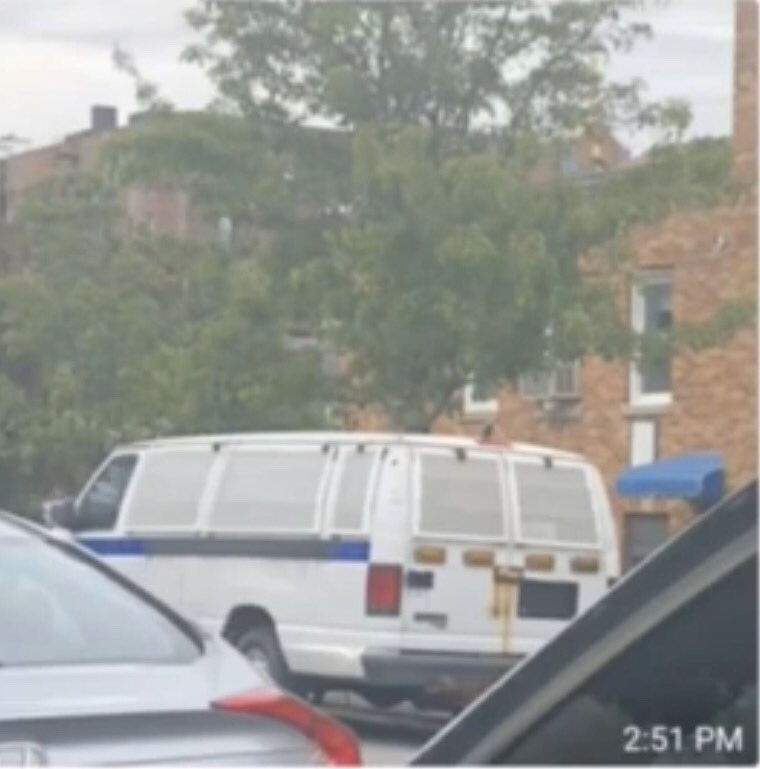 BREAKING: Van without plates seen dropping off boxes of concrete blocks in Brooklyn https://t.co/BD3tW3Vn1g