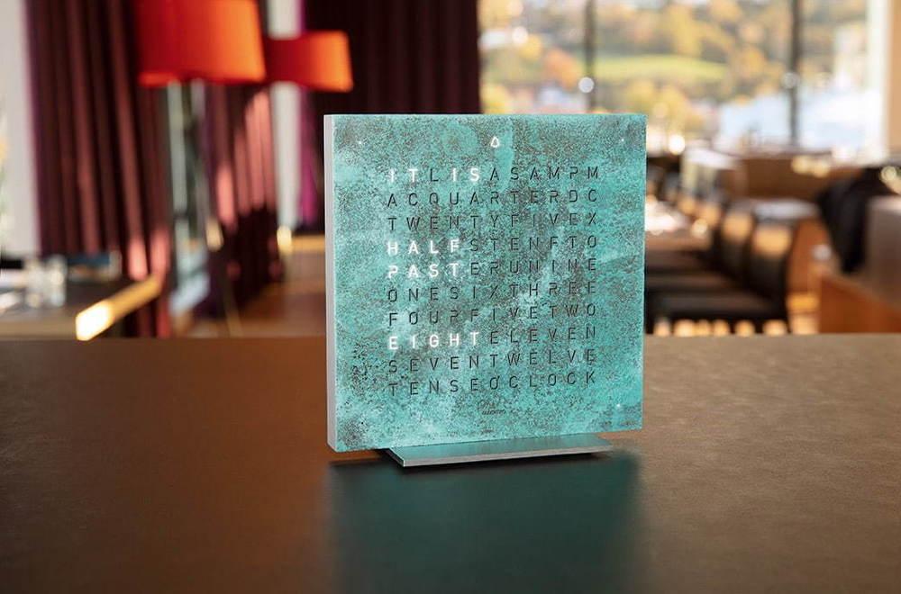 """アルファベットで時刻を表示する時計「クロックツー」""""緑青""""や""""シルバー&ゴールド""""の新作 -"""