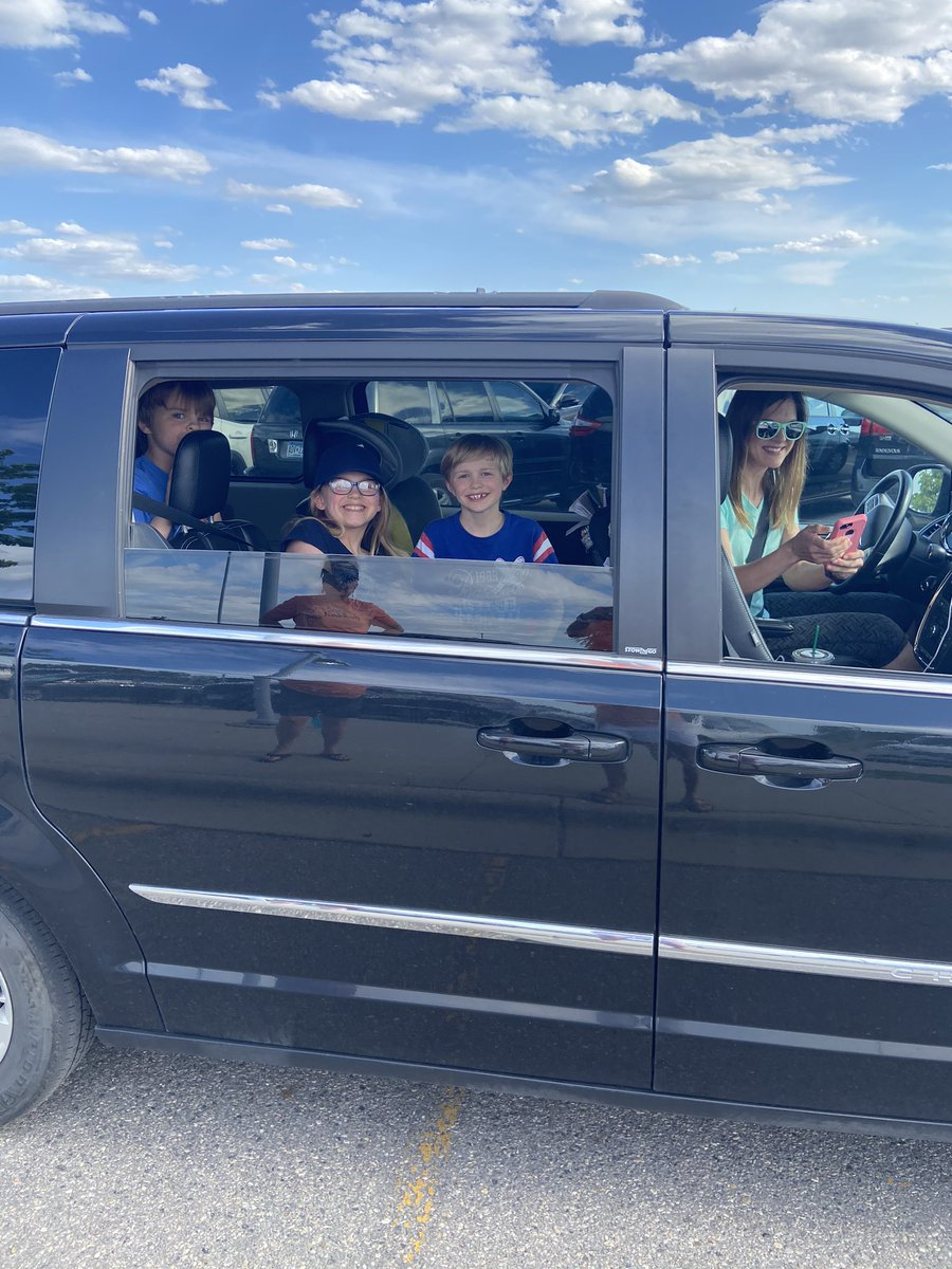 So fun seeing these families at the SGR Parade tonight! Thanks for coming, Parker, Ainslee, Kane and Harper!  #myheartisfull #missyou @sgrspuds @MoorheadSchoolspic.twitter.com/0TIJrCRroq