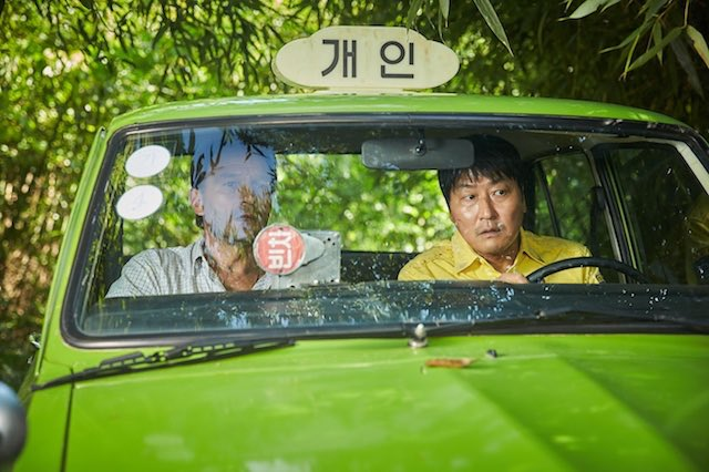 改めて『タクシー運転手』のレビューを読む。ソン・ガンホ演じるタクシー運転手は何かにつけて食事をする。それは彼も我々と同じ普通の人間であることを示している。そんな彼に感情移入したところで光州事件を追体験し「もし自分だったらどうする?」と考える映画であると。