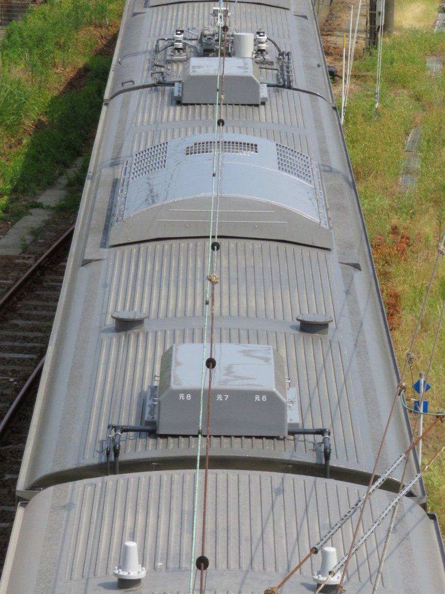E235系1000番代の屋根上①一部の人しか興味がないと思いますが。