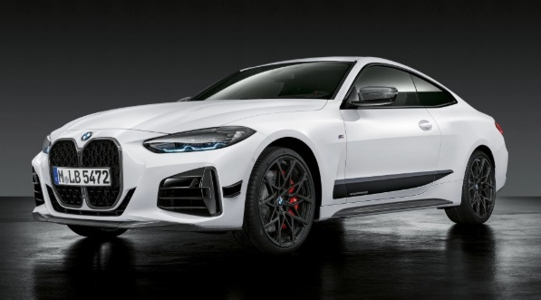 新型BMW 4シリーズ、発表 3シリーズから変化 M440iから投入 M4は2021年新型BMW 4シリーズが発表されました。大きなキドニーグリルをはじめとする、アグレッシブな外観が目を引きます。ひとまずM440iがトップモデルとなるほか、コンバーチブル/グランクーペ/M4が続きます。