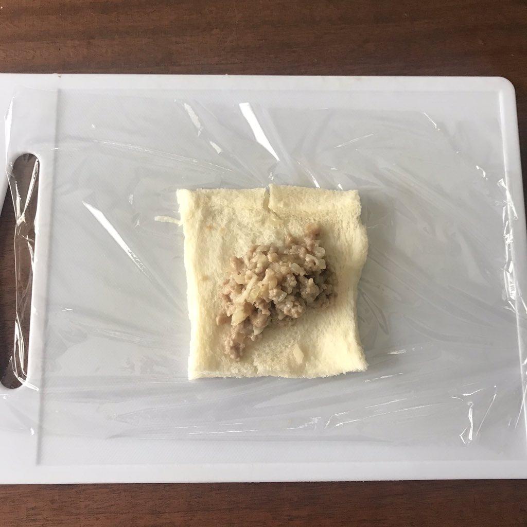 ③ ①を1/4量ずつのせ、ラップでギュッと茶巾にする。4個まとめてレンジに入れ1分20秒チン完成‼️★水のかけすぎ注意★加熱後すぐはパンがファーン開きやすいんで改めてギューっと茶巾にして(熱いけど)1分ほど置くと固定されます★ラップが薄い安いものだと難しいんで、できればええやつで
