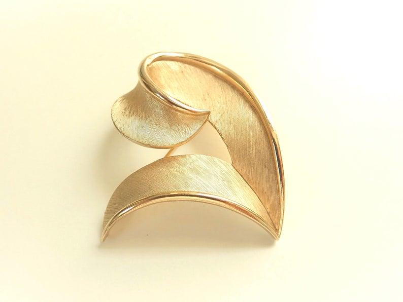 Vintage Trifari Swirl Brooch 1970s ~ http://etsy.me/2L2VWON GrandVintageFinery #jewelrypic.twitter.com/kO4qF87UH8