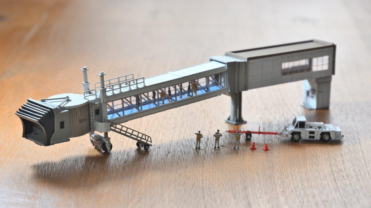 空港に欠かせないボーディングブリッジも自分の手で模型を作ると「こんなにカッコいいメカだったのか…」と思いました。