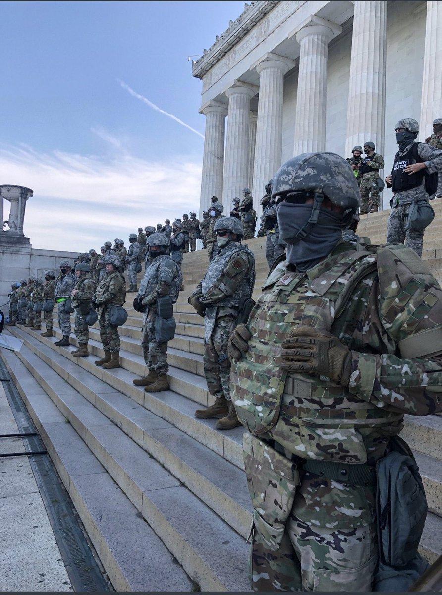 """Das Bild ist verstörend genug.  Noch verstörender ist aber, dass diese Armee vor dem Lincoln-Memorial so Stellung bezieht. Lincoln!  """"Government of the people, by the people, for the people."""" #GettysburgAddress https://t.co/Xs70EiXTQx"""