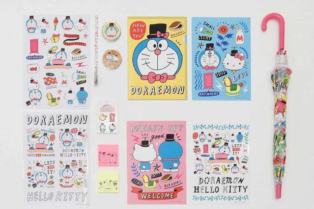 【13日より】ASOKO「ドラえもん&ハローキティ」のコラボ雑貨が登場バッグやポーチ、食器など53アイテムを展開。キティのリボンを鈴の代わりに纏ったドラえもんなどが確認できる。