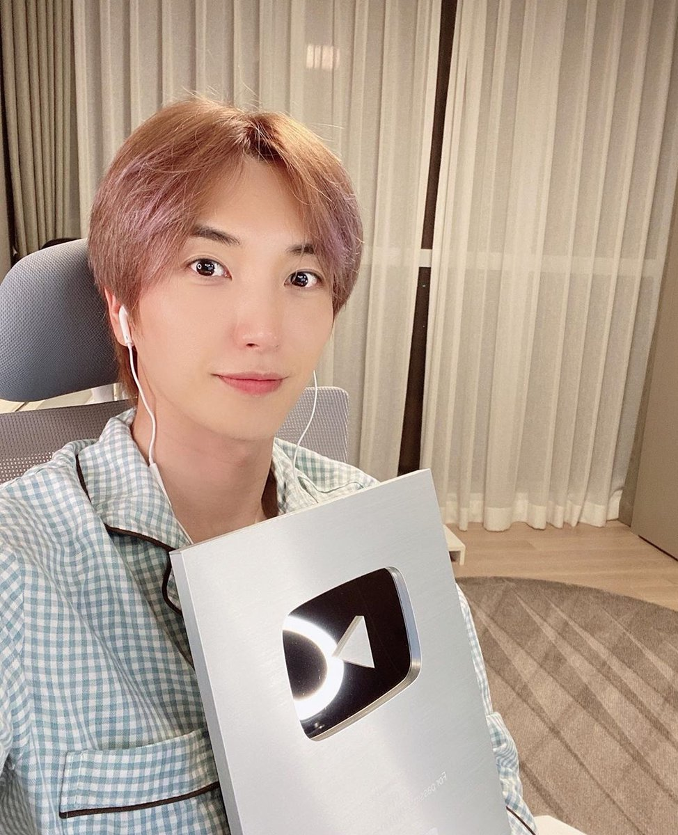 Vamos a dar reacciones positivas🙏   Artículo de NAVER sobre el botón plateado que recibió #LEETEUK por parte de YouTube al llegar a 100K de suscriptores 🤩  #SUPERJUNIOR @SJofficial 🔽🔽🔽 https://t.co/Y9KTy2dglS https://t.co/YBYspCMJOV