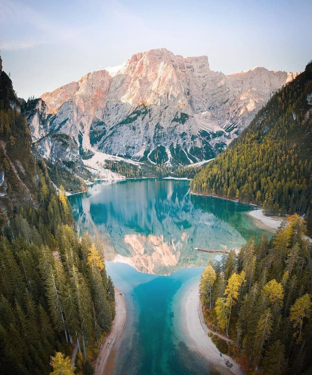 Breathtaking view of the Lago di Braies #photography #nature #naturephotopragpy #naturephotoshoot #tourist #tour #visit #canal #building #beautifulearth #earthviews #naturelovers #Europe #Mountain #travel #travelphotography #travelblogger #Italy