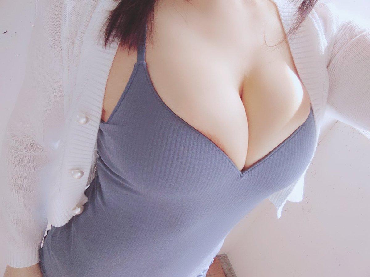 岡田ゆい 美爆乳お姉さんのブラフィール姿