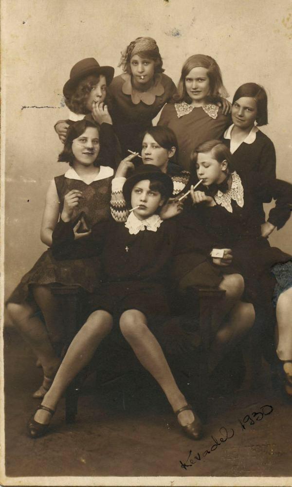 「1930年の不良少女」。1930年代は世界大恐慌の最中であり、満州事変や五・一五事件が起こり、日本政府が国際連盟を脱退し、ドイツではヒトラーが首相に任命されナチスによる独裁体制となるなど、激動の時代でした。タバコをくわえ撮影に応じています。書肆ゲンシシャでは犯罪の写真集を扱っています。