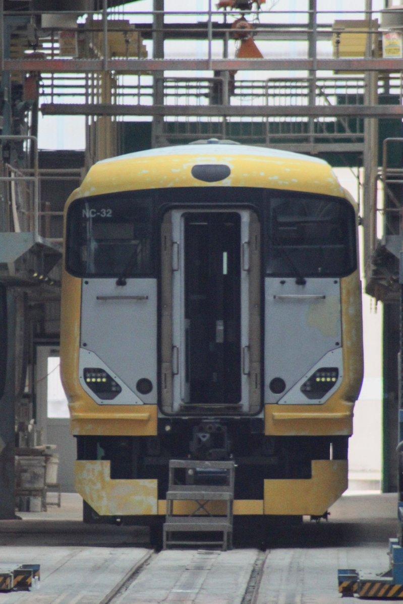 秋田総合車両センターに入場中のE257系旧NB07編成のクハE256-507が塗装工程に進んでいました。新しい編成番号「NC-32」も確認出来ました。