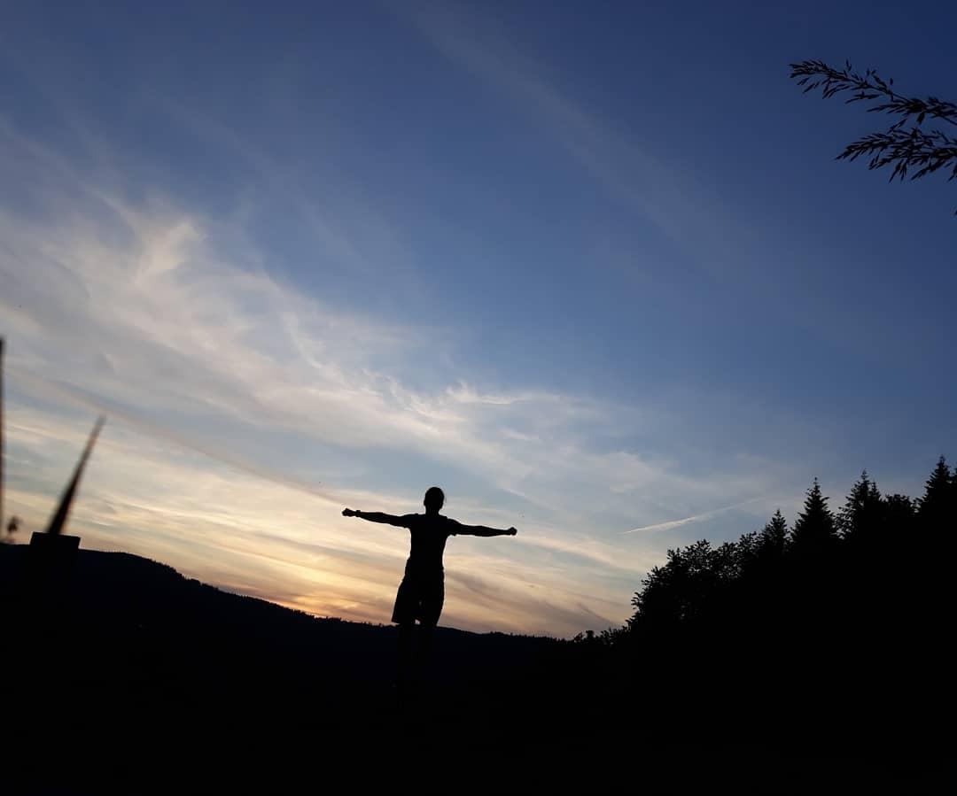 Es war so schön und tat so gut gestern Abend, einfach alleine am Bach zu sitzen und den Sonnenuntergang anzuschauen pic.twitter.com/8HUDNP5Ug1