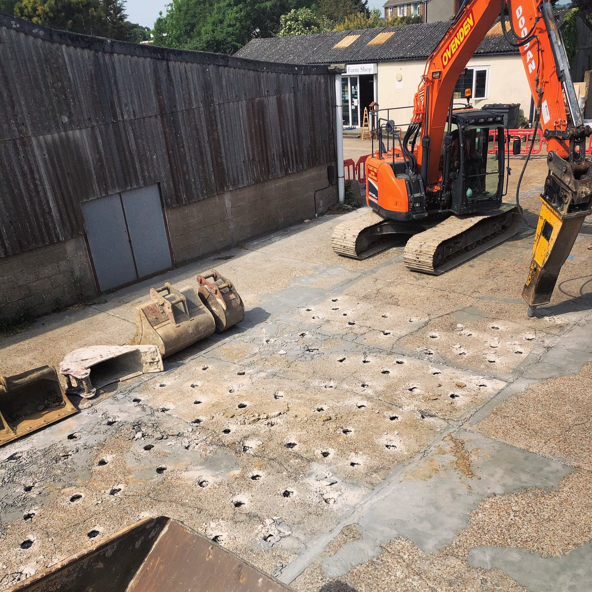 It's been a noisy morning at Kingsdown HQ. Lockdown has provided some of us time and space to do improvements to our homes and workplaces. Today we begin replacing all concreted surfaces in our loading bays before our daily transport returns to some normality.  #wednesdaymorning https://t.co/rxuuu794wO