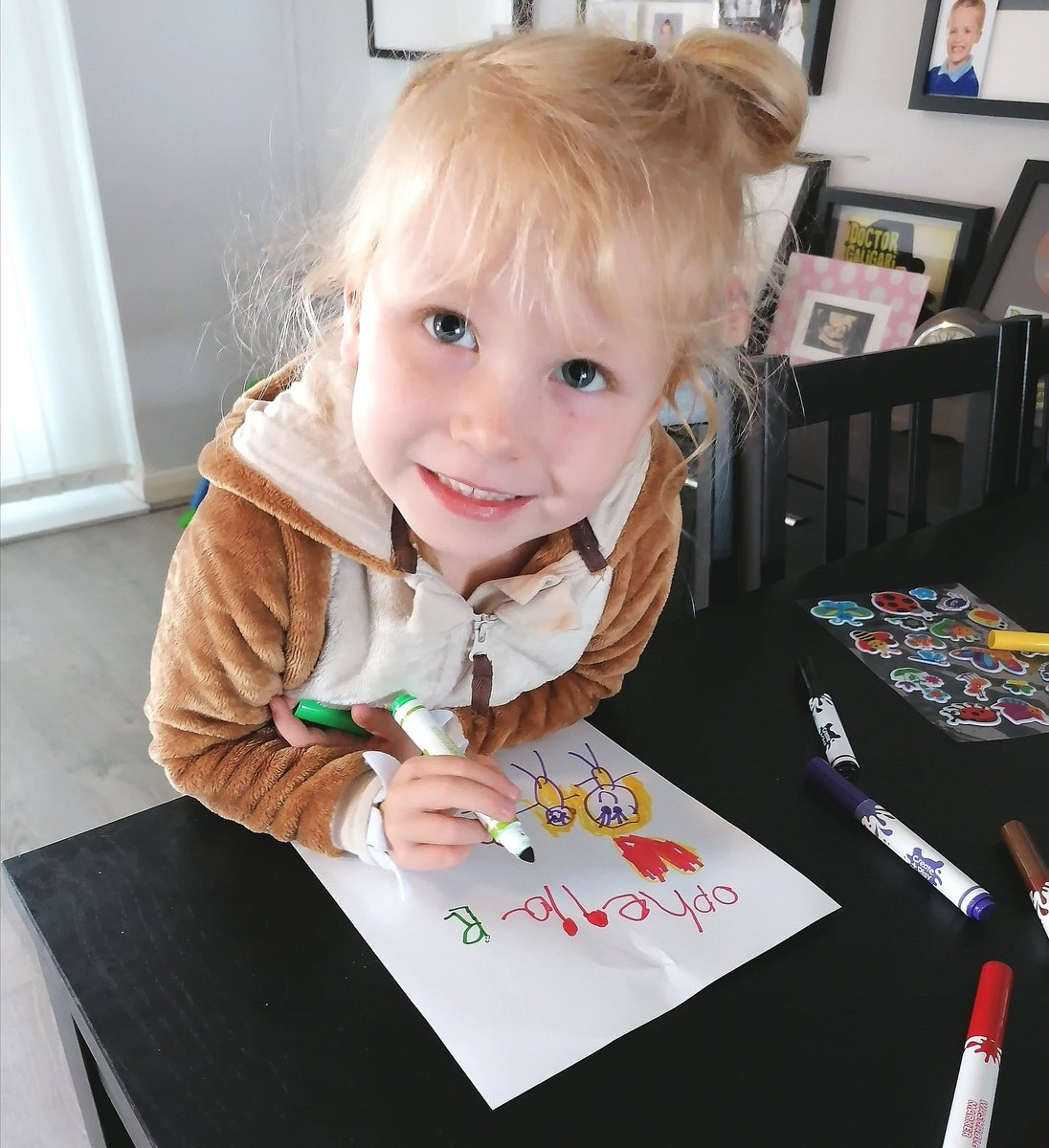 @GwaunmeisgynFP @GwaunmeisgynFP Ophelia drawing pictures of her best friend Alaya and her brother Radley this morning. pic.twitter.com/xfS8QQ20oN