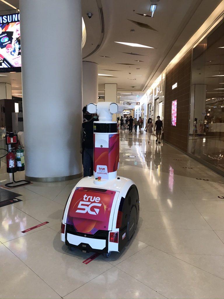 test ツイッターメディア - サイアムパラゴンでウロ…ウロ…と移動しながら働いてたロボットさん🤖  多分、体温計測ロボット🤖  #バンコク https://t.co/iUCl37b9t7