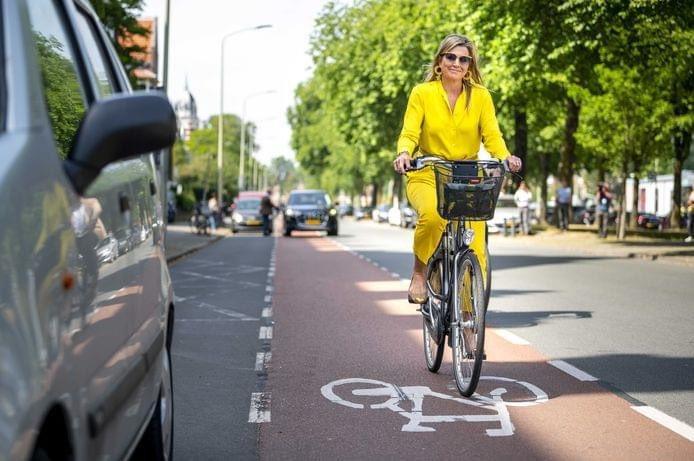 Today is #WorldBicycleDay. In the #Netherlands many people ride their bike, including very important people. Do you recognize who this is?// Bugün Dünya Bisiklet Günü. #Hollanda'da birçok kişi, son derece önemli kişiler dahil, bisiklete biniyor. Bu resimde kim var, tanıdınız mı? pic.twitter.com/Mk6AUb5FLg