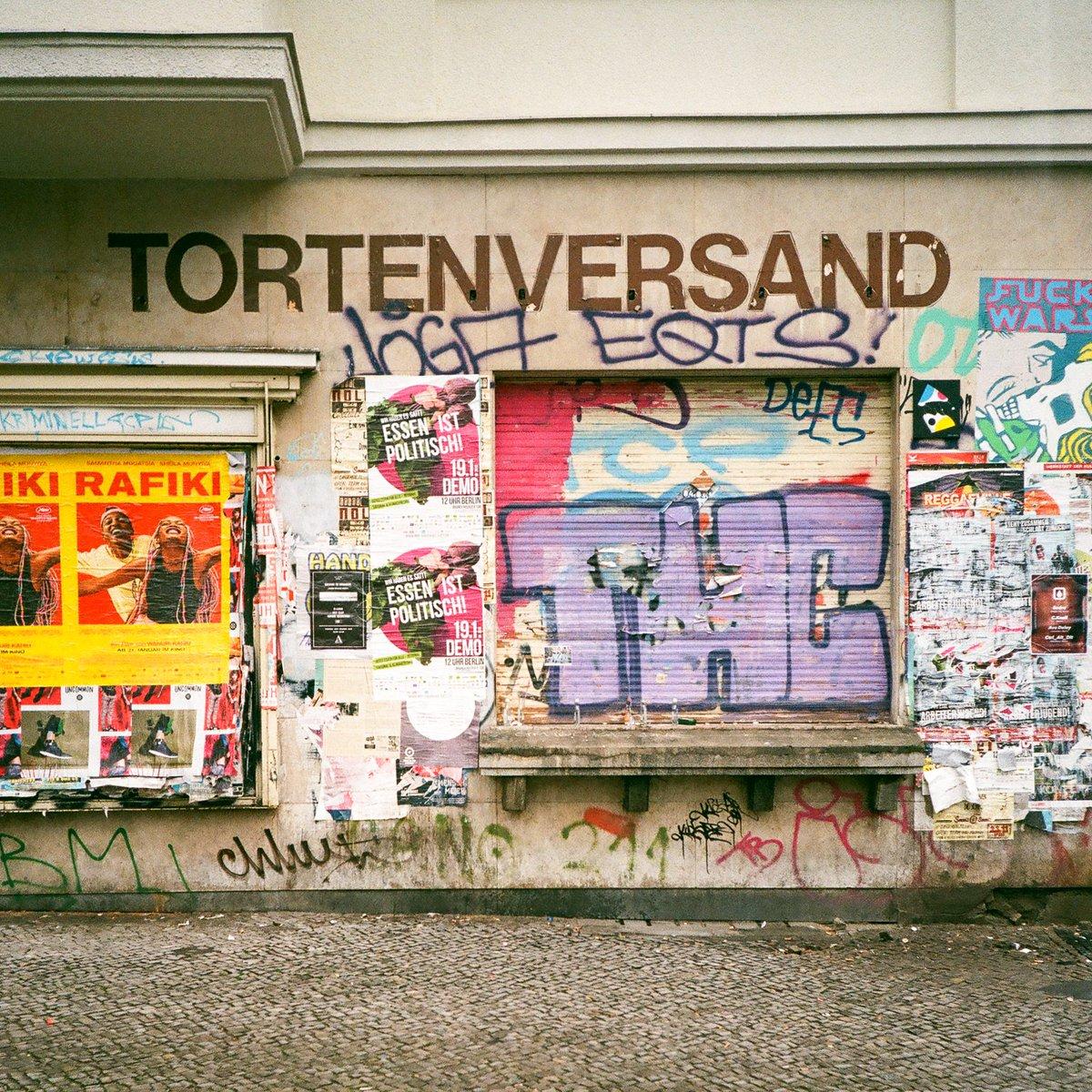 Tortenversand. Berlin, Germany. . #Leica mini. . #35mmfilm #analog #analogue #film #filmisnotdead #filmisalive #analogforever #shootfilm #filmfeed #filmphoto #believeinfilm #keepfilmalive #filmwave #filmforever #tortenversand #sonnenallee #neukölln #neuköllnvibes #berlinpic.twitter.com/Fo0WqvsrNQ  by analogMoFo