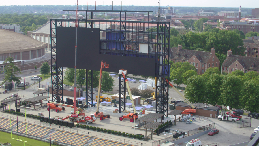 With about 50% of the LED board installed now, it's becoming more apparent how truly massive this jumbotron is. 🏗️🚧👷  #JumbotronWatch https://t.co/UrkSUCPVno
