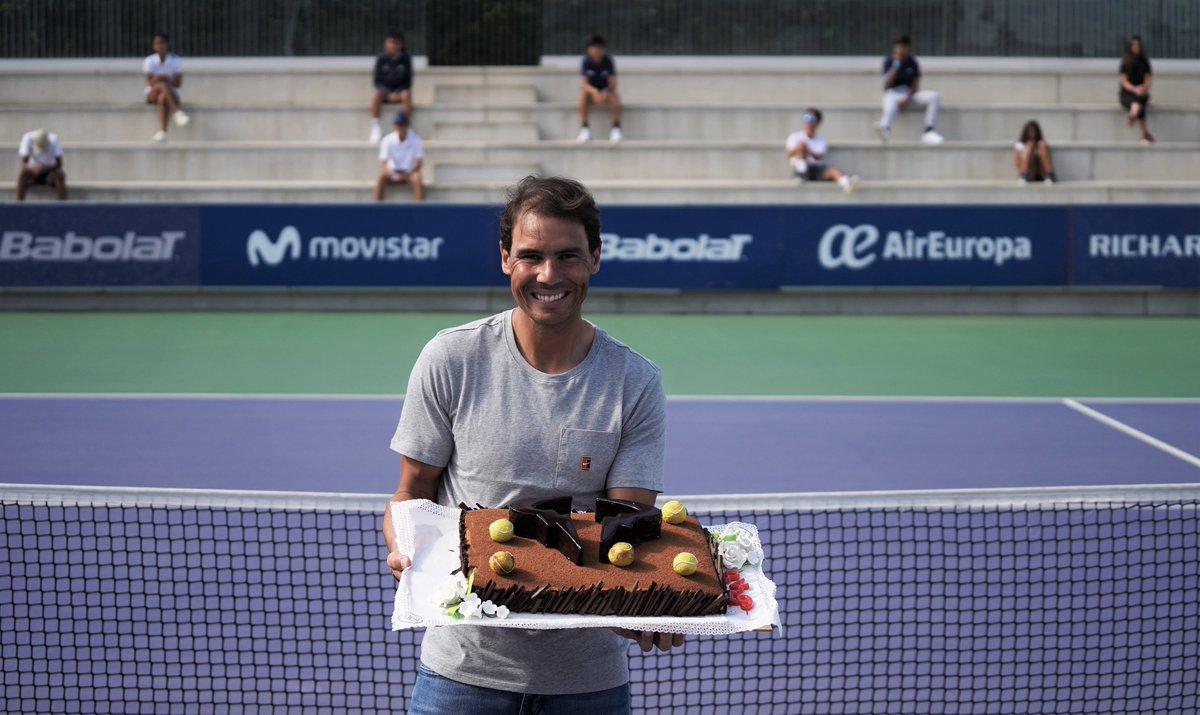 ¡Muchas felicidades @RafaelNadal! Hoy celebramos el cumpleaños de un auténtico campeón.  Esta fue la tarta que le regalaron en la @rnadalacademy https://t.co/jOXjvODWgn