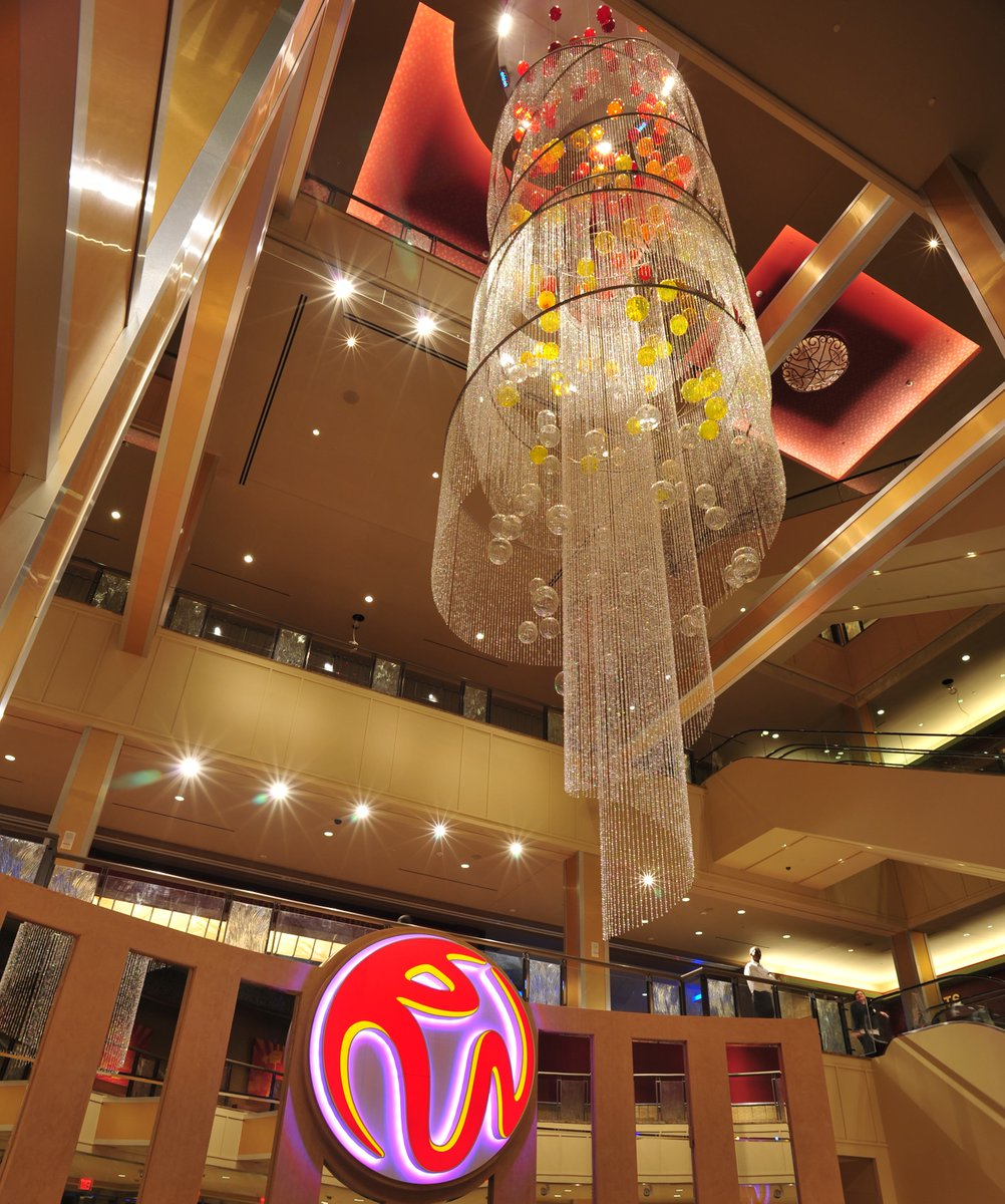 That chandelier though #RWNYC #ResortsWorldNYC #NYC #Casino #Gaming #PlayDineUnwind #NYForward #NYStrong #NYTough #TogetherApart #ILoveNY pic.twitter.com/xChu0eD4Gf