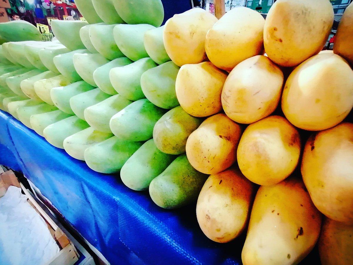 """Los mejores mangos 🥭 de #mexico 🇲🇽  Ya lo dijo el #santopadre """"Solo #veracruz es bello. Y sus mangos también"""" ✝️  Venta #mayoreo y #menudeo Color #rayados Tamaño #extra Empaque #26kg  De #lunes a #domingo Bodega I-67 Nave 2 (por en medio) de la @CdeAbastoCDMX #iztapalapa  #cdmx"""