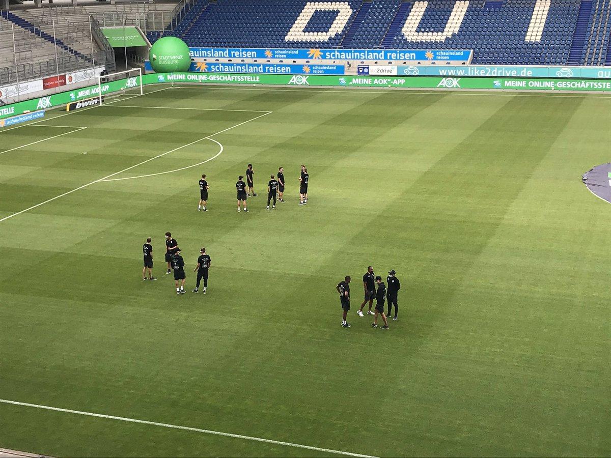 Unsere Mannschaft ist eingetroffen und nimmt erste Tuchfühlung mit dem Duisburger Grün auf. 19 Uhr geht's los. PS: Näher wird's nicht. #MSVFCC #FCC #MehrAlsFussball