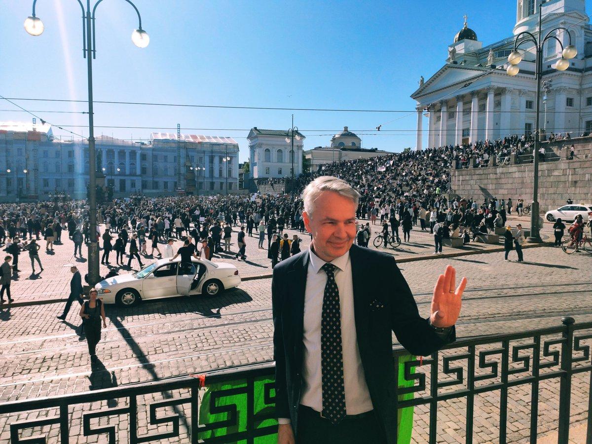 On liikuttavaa nähdä, kuinka taistelu rasismia vastaan yhdistää niin monia taustasta riippumatta. Suomen ulkopolitiikassa tasa-arvo ja ihmisoikeusperusteisuus ovat aivan keskiössä. Tärkeästä asiasta huolimatta pidetään etäisyyttä ja #pysytäänterveinä. #blacklivesmatter #blm