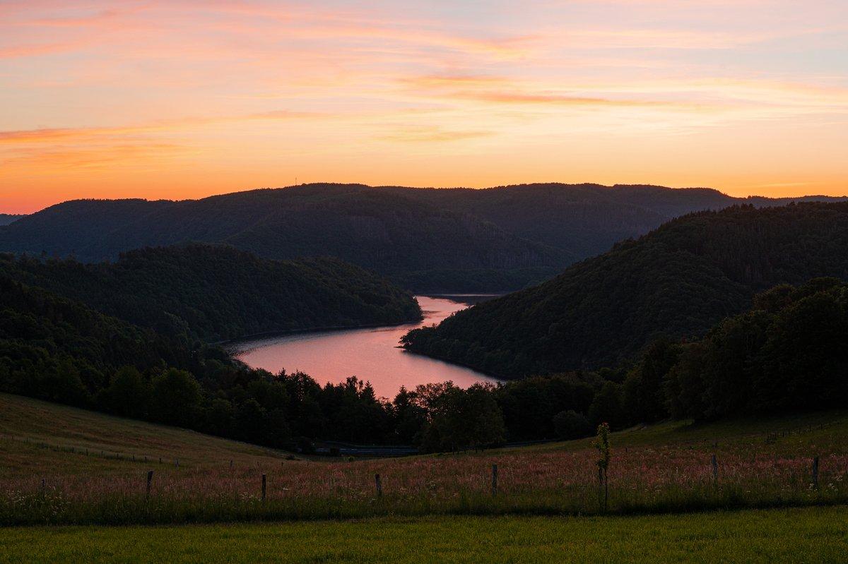 #Rursee bei Kesternich. Kurz bevor die Sonne hinter den Bergen hervor kommt.  #Eifel #Landschaftsfotografie #landscapephotography #picoftheday pic.twitter.com/zeMyxFQ6pK  by Erftknipser