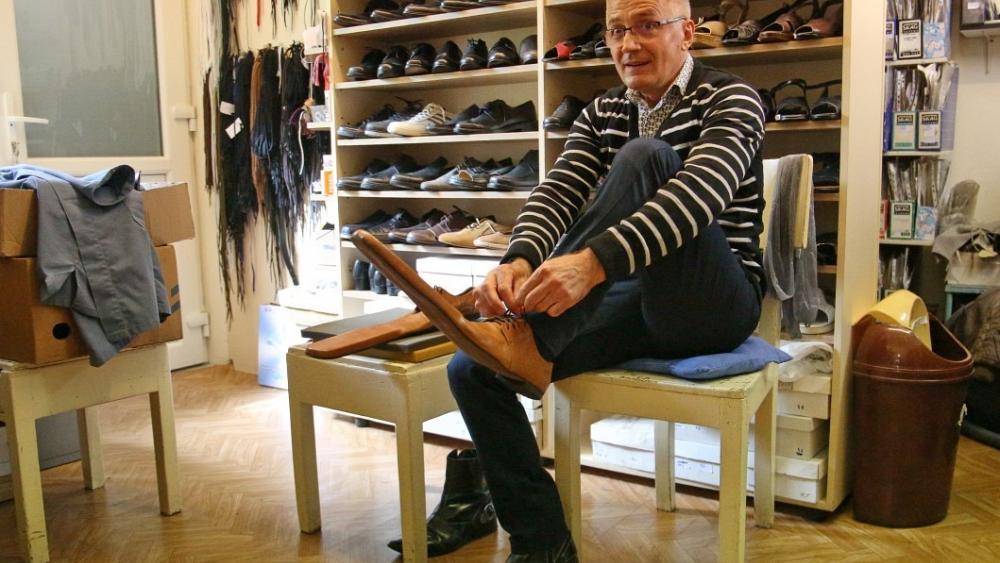 Un calzolaio rumeno propone di usare #scarpe taglia 70 per garantirsi un metro e mezzo di distanza dal prossimo. Le scarpe erano state realizzate in origine per gli attori diun  teatro, ma Grigore Lup le ha messe in vendita contro il #Covid19. Ne ha già vendute cinque paiapic.twitter.com/TYnRdOqYj6