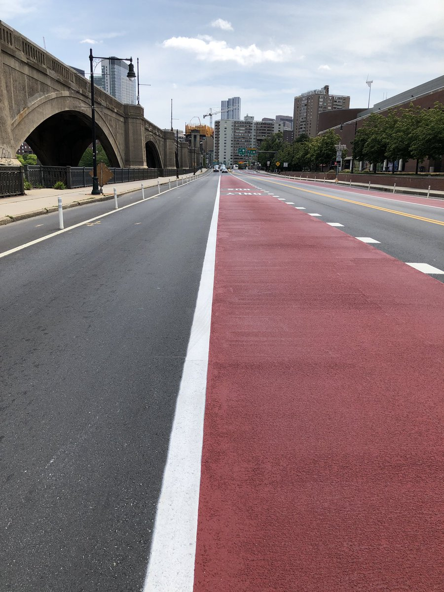 Fancy new bus and bike lane on the road (name?) in front of the Museum of Science. https://t.co/js9RD5uIfi