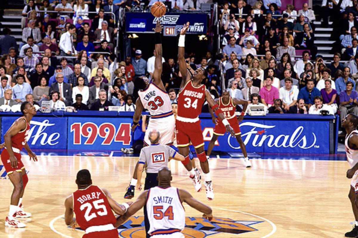 Hall-of-Fame Centers Patrick Ewing and Hakeem Olajuwon at center court during the 1994 NBA Finals at Madison Square Garden.  #NBA #90s #Knicks #Rockets #NYC https://t.co/O2zRtUqtCR