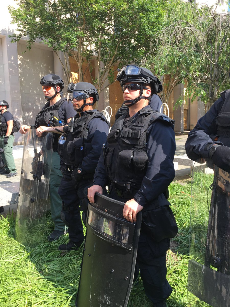 A friend sends this image from the DC streets: paramilitary forces, no unit insignia, no name badges. https://t.co/4fXJkDP5UA