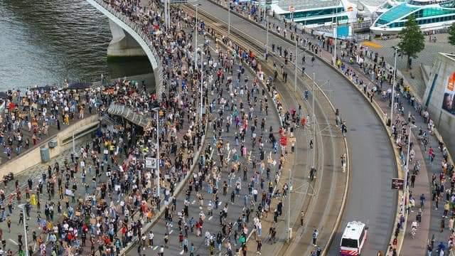 #Hollanda, İsveç, İngiltere sokakları..  Amerika'daki olaylar koronavirüs gibi tüm Avrupa'ya yayılıyor.... pic.twitter.com/rv64lobnFJ