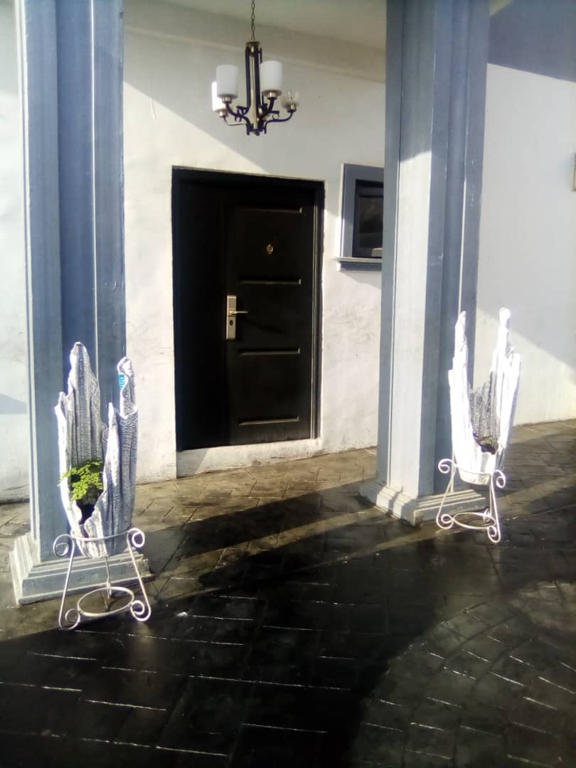 Hello Twitter.  Here are some beautiful Flower Vases my Father made. He also did the tiling of this house. Please show some support by liking, retweeting and sending a DM I'f you love it #BBNaijaReunion  #internetdown  #artpic.twitter.com/Hcd2cyfos6
