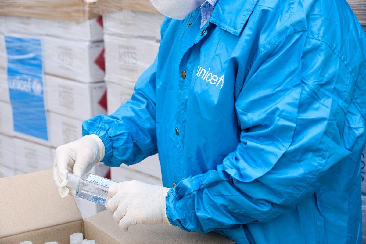 Colaboramos con @unicef_es para seguir suministrando material sanitario en la lucha contra el #COVID19. Hasta el momento en España ya han entregado 418.000 mascarillas, 1 millón de guantes, 100.000 kits de detección y otros productos sanitarios ¿Te unes? https://t.co/mLMQJA5cyO https://t.co/myR9BLguRH